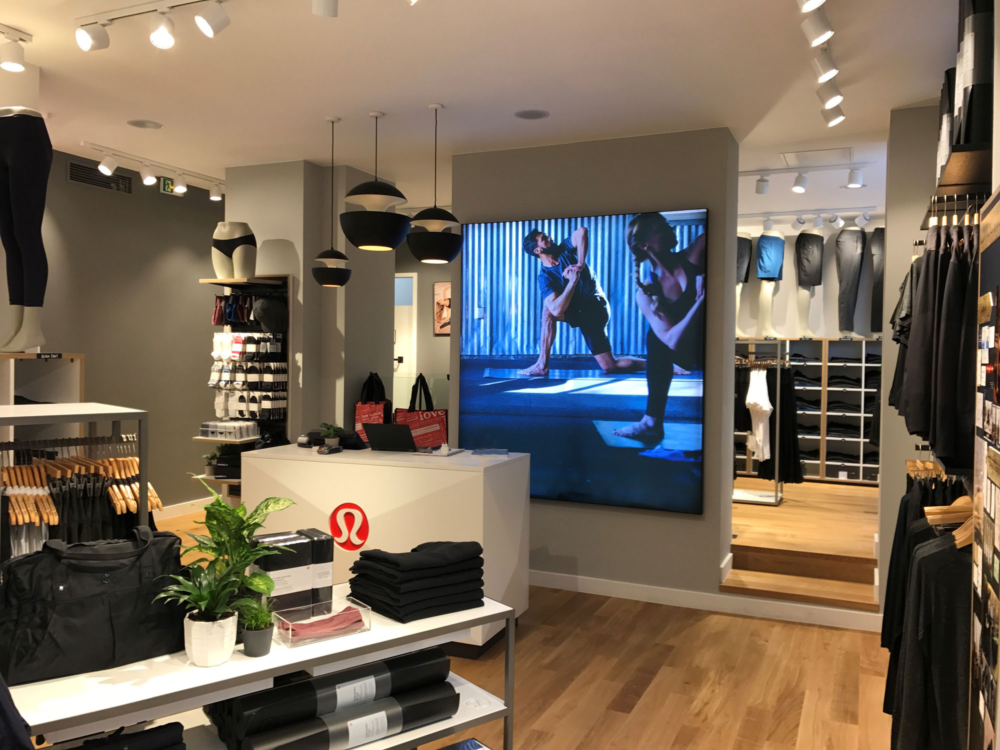 magasin lululemon rue des rosiers paris atelier nma. Black Bedroom Furniture Sets. Home Design Ideas